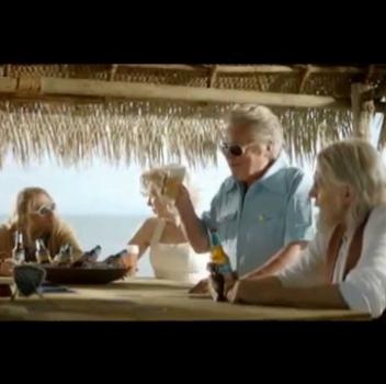 Kurt Cobain, John Lennon, Elvis e Marylin vivi e vegeti si godono una birra. Questo è lo stile di pubblicità che adoriamo.